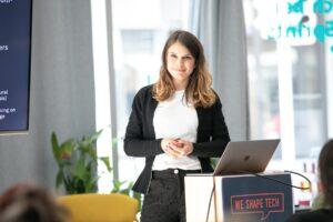 Géraldine Lüdi presenting «Chatbots: AI-based communication in the digital age»