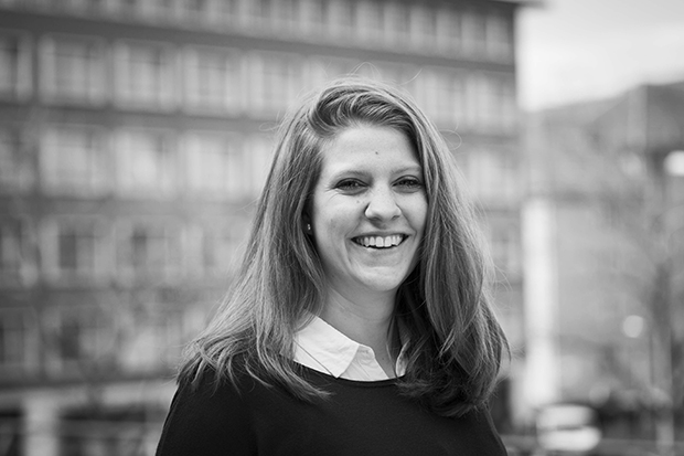 Black-and-white portrait photo of smiling role model Sara Wick on We Shape Tech website