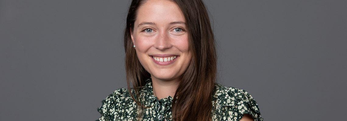 Portrait photo of role model Séverine Chardonnens on gray background