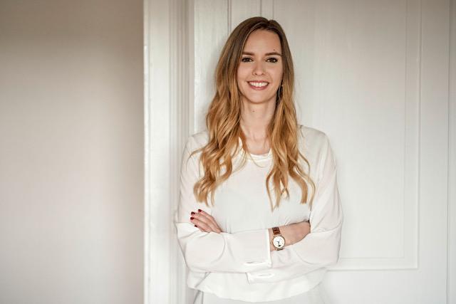 Portrait photo of smiling role model Sunnie J. Groeneveld on We Shape Tech website