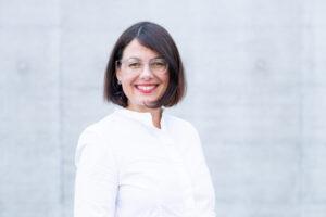 Portrait photo of smiling Verena Oberholzer